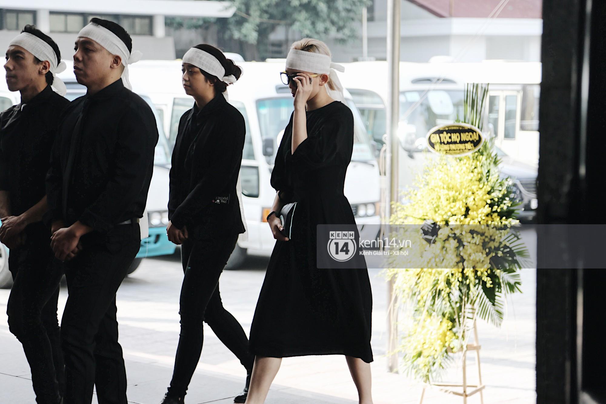 Mẹ Hoàng Touliver mất, Tóc Tiên quấn khăn trắng đứng chịu tang cùng hàng ngũ con cháu-1