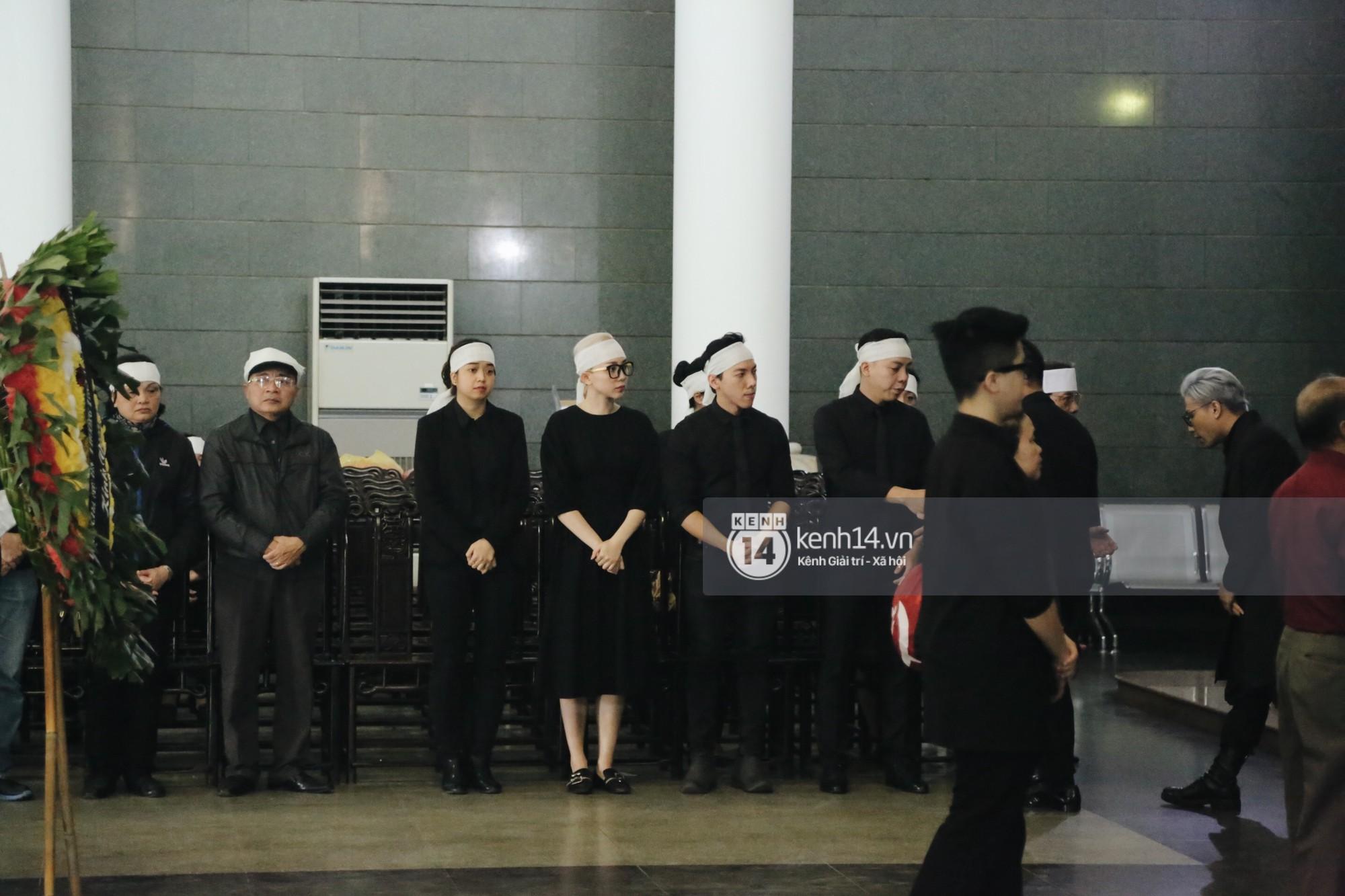 Mẹ Hoàng Touliver mất, Tóc Tiên quấn khăn trắng đứng chịu tang cùng hàng ngũ con cháu-2