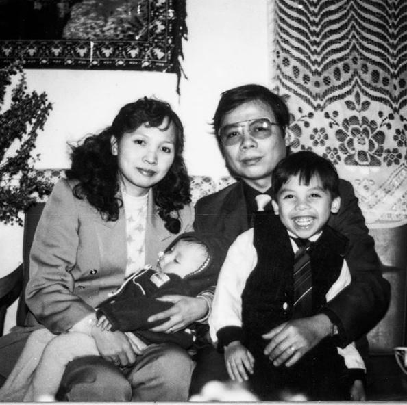 Mẹ Hoàng Touliver mất, Tóc Tiên quấn khăn trắng đứng chịu tang cùng hàng ngũ con cháu-4