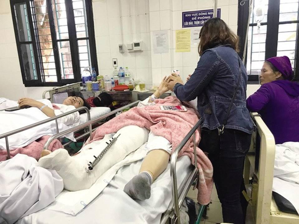 Vụ lái xe Lexus gây tai nạn liên hoàn ở Hồ Tây: Nữ giáo viên có nguy cơ mất chân phải vĩnh viễn-1