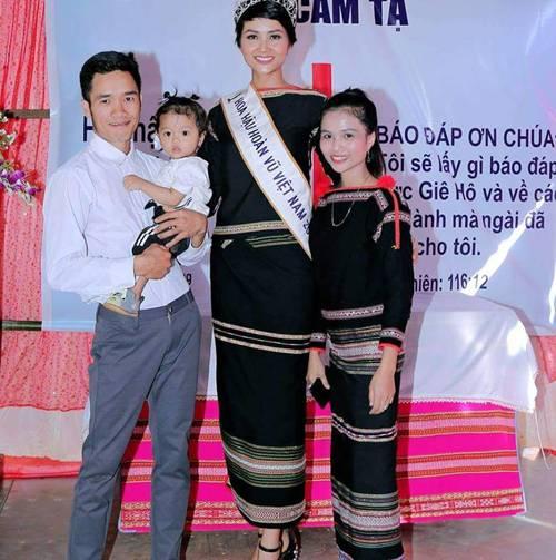 Chị từ chối lấy chồng để đăng quang, em gái HHen Nie đã kết hôn 3 năm, con 2 tuổi-1