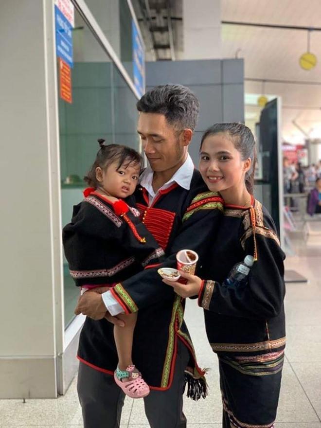 Chị từ chối lấy chồng để đăng quang, em gái HHen Nie đã kết hôn 3 năm, con 2 tuổi-5
