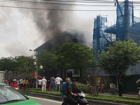 Trường THCS Nhật Tân cháy lớn dữ dội, học sinh hoảng loạn tháo chạy-1