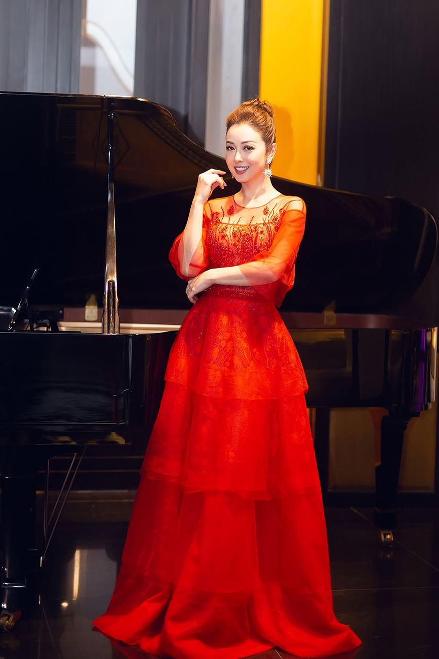 Jennifer Phạm mặc váy đỏ rực khuấy động không khí Giáng sinh-2