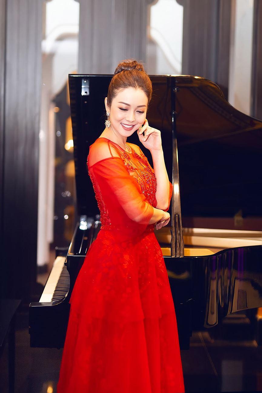 Jennifer Phạm mặc váy đỏ rực khuấy động không khí Giáng sinh-3