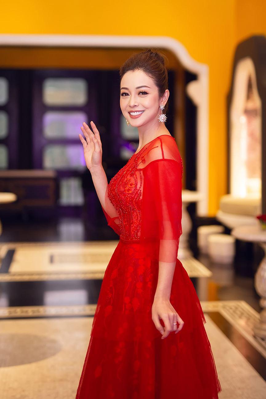 Jennifer Phạm mặc váy đỏ rực khuấy động không khí Giáng sinh-4