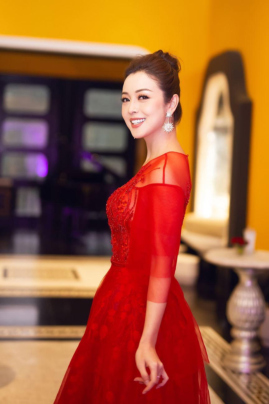 Jennifer Phạm mặc váy đỏ rực khuấy động không khí Giáng sinh-5