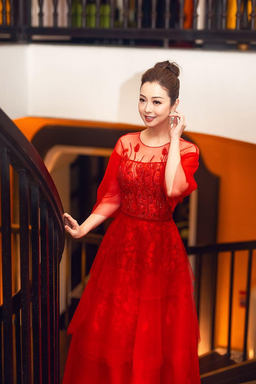 Jennifer Phạm mặc váy đỏ rực khuấy động không khí Giáng sinh-6