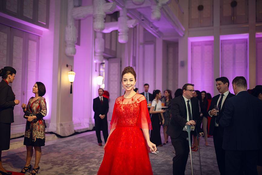 Jennifer Phạm mặc váy đỏ rực khuấy động không khí Giáng sinh-10