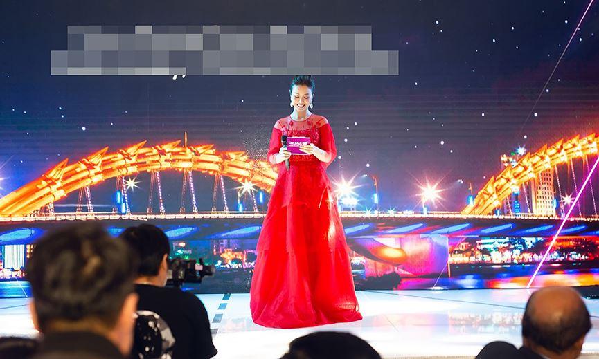Jennifer Phạm mặc váy đỏ rực khuấy động không khí Giáng sinh-11