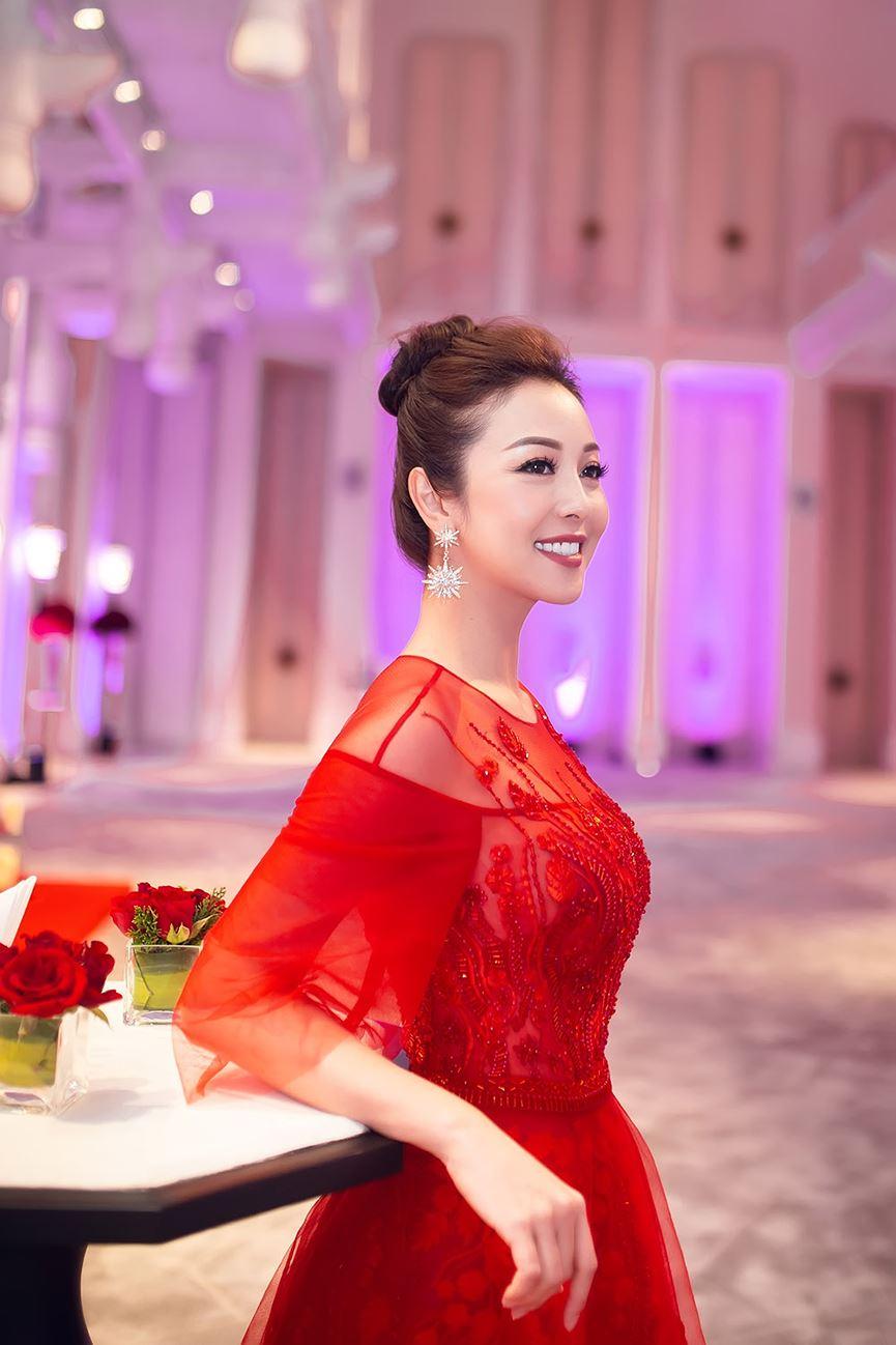 Jennifer Phạm mặc váy đỏ rực khuấy động không khí Giáng sinh-8