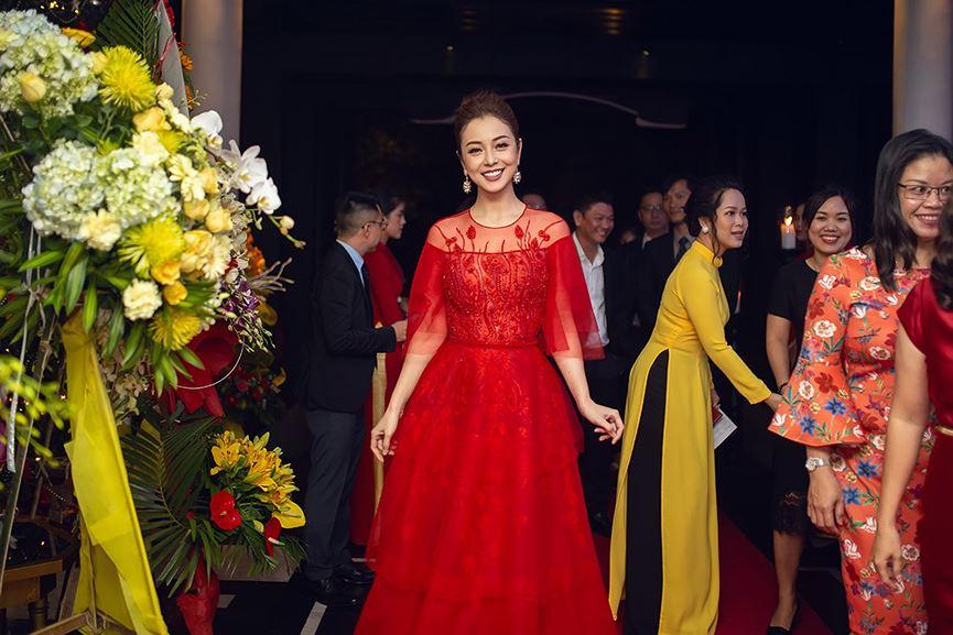 Jennifer Phạm mặc váy đỏ rực khuấy động không khí Giáng sinh-9