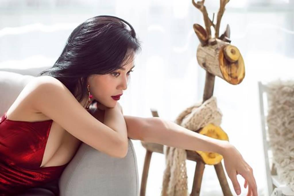 Mặc sexy trong bộ ảnh Giáng sinh, Sĩ Thanh khiến fan chao đảo-1