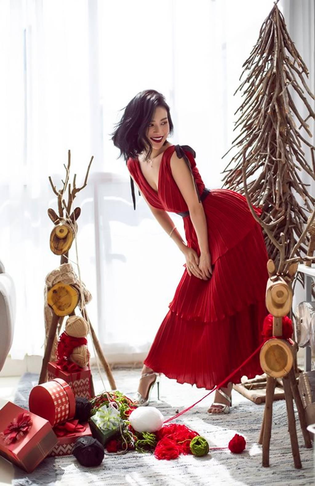 Mặc sexy trong bộ ảnh Giáng sinh, Sĩ Thanh khiến fan chao đảo-2