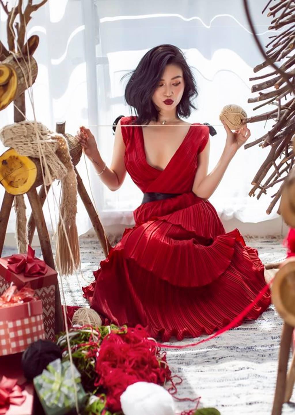 Mặc sexy trong bộ ảnh Giáng sinh, Sĩ Thanh khiến fan chao đảo-3