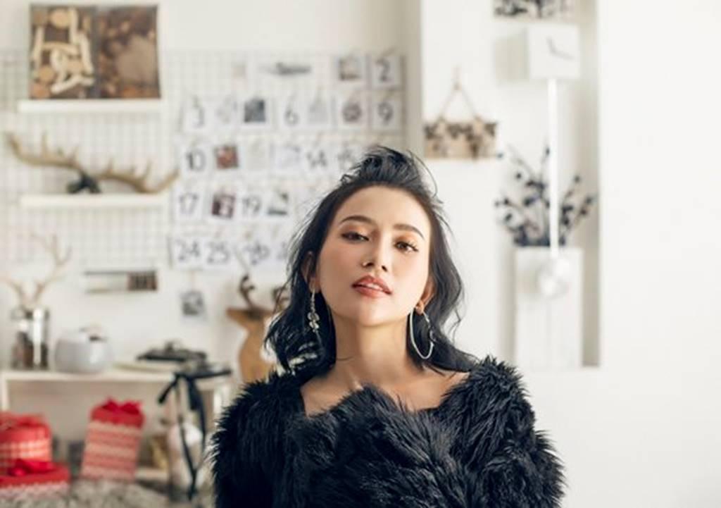 Mặc sexy trong bộ ảnh Giáng sinh, Sĩ Thanh khiến fan chao đảo-9