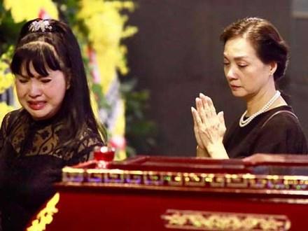 Video: Giới nghệ sĩ Hà Nội thất thần trước linh cữu NSND Anh Tú