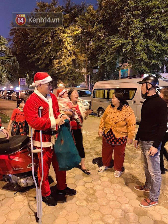 Hình ảnh cầu thủ Xuân Mạnh chống nạng tặng quà Noel cho những số phận khó khăn trên phố Hà Nội khiến nhiều người ấm lòng-2