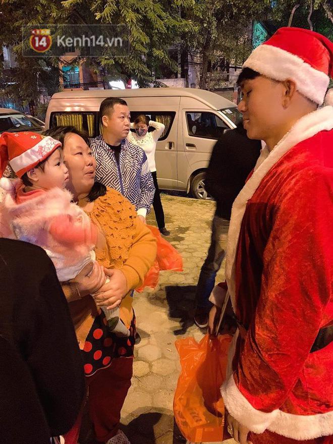 Hình ảnh cầu thủ Xuân Mạnh chống nạng tặng quà Noel cho những số phận khó khăn trên phố Hà Nội khiến nhiều người ấm lòng-3