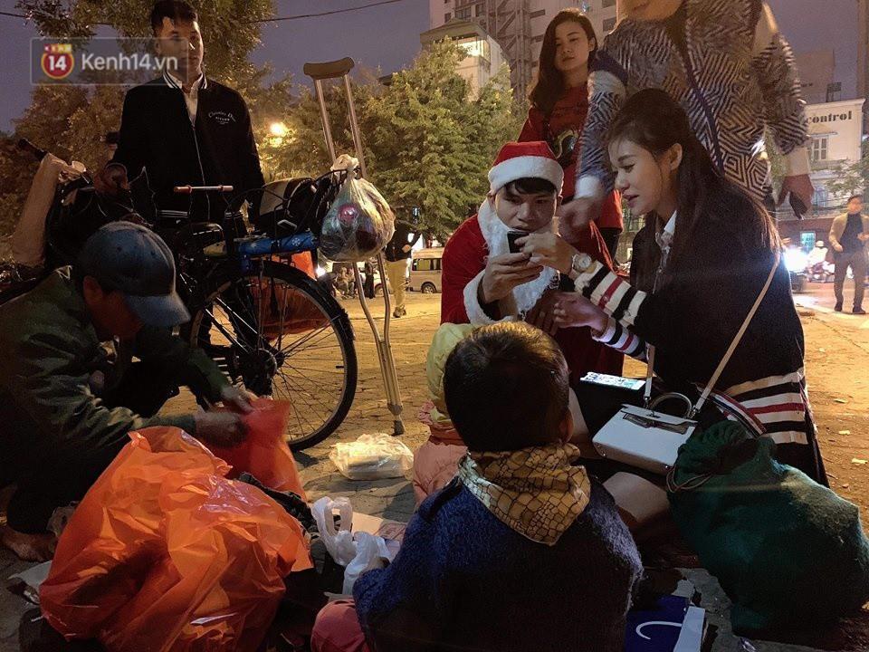Hình ảnh cầu thủ Xuân Mạnh chống nạng tặng quà Noel cho những số phận khó khăn trên phố Hà Nội khiến nhiều người ấm lòng-4