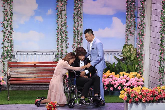 Trấn Thành ôm chặt Hòa Minzy khiến Hoài Linh khó chịu?-13