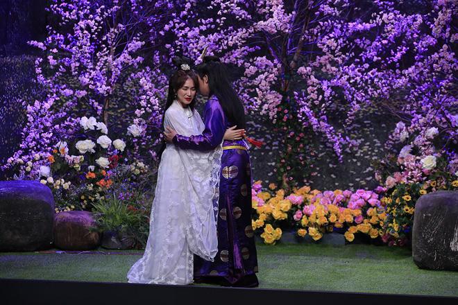 Trấn Thành ôm chặt Hòa Minzy khiến Hoài Linh khó chịu?-4