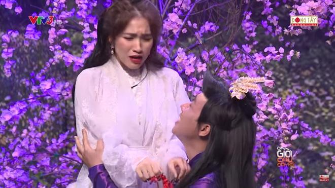 Trấn Thành ôm chặt Hòa Minzy khiến Hoài Linh khó chịu?-3