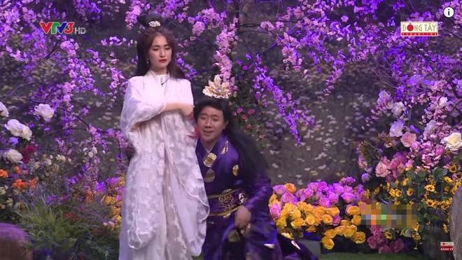 Trấn Thành ôm chặt Hòa Minzy khiến Hoài Linh khó chịu?-5