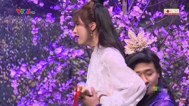 Trấn Thành ôm chặt Hòa Minzy khiến Hoài Linh khó chịu?-6