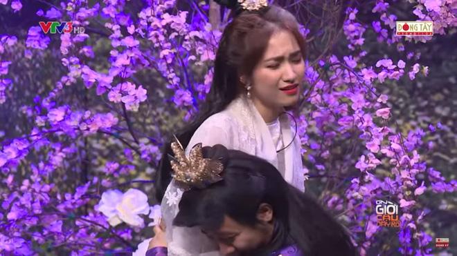 Trấn Thành ôm chặt Hòa Minzy khiến Hoài Linh khó chịu?-2