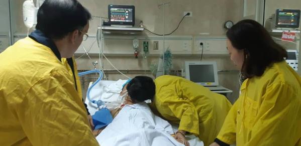Nụ hôn từ biệt rơi nước mắt của người vợ gửi chồng hiến tạng cứu 5 người-1