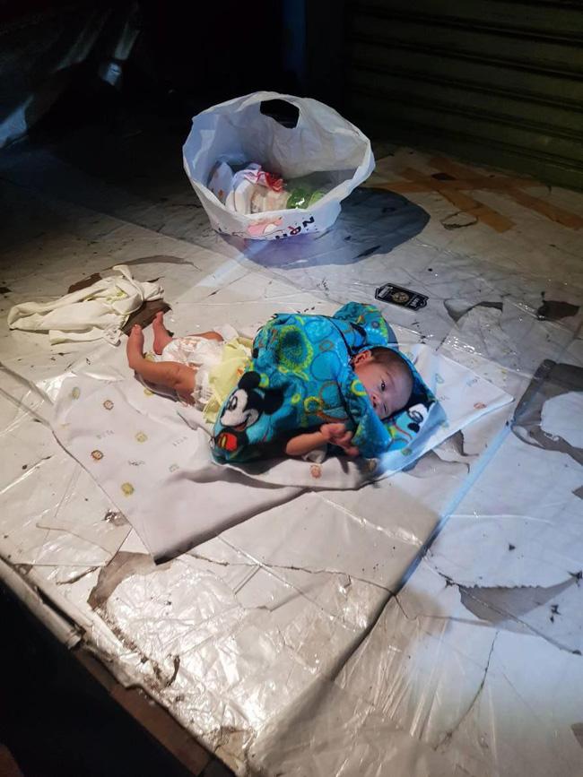 Bé trai 2 tuần tuổi bị bỏ lại giữa chợ trong đêm khuya vắng, cảnh sát điều tra ngỡ ngàng khi biết nguyên nhân-1