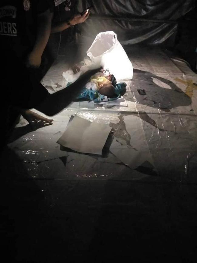 Bé trai 2 tuần tuổi bị bỏ lại giữa chợ trong đêm khuya vắng, cảnh sát điều tra ngỡ ngàng khi biết nguyên nhân-2
