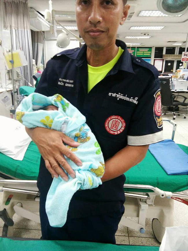 Bé trai 2 tuần tuổi bị bỏ lại giữa chợ trong đêm khuya vắng, cảnh sát điều tra ngỡ ngàng khi biết nguyên nhân-6