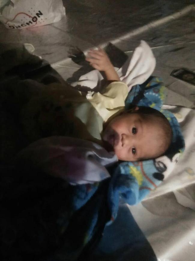 Bé trai 2 tuần tuổi bị bỏ lại giữa chợ trong đêm khuya vắng, cảnh sát điều tra ngỡ ngàng khi biết nguyên nhân-5
