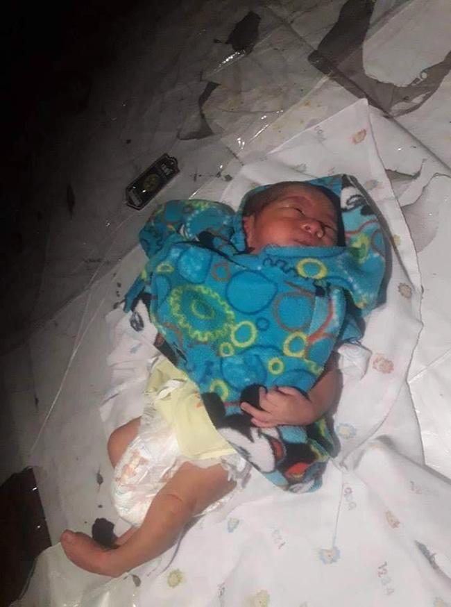 Bé trai 2 tuần tuổi bị bỏ lại giữa chợ trong đêm khuya vắng, cảnh sát điều tra ngỡ ngàng khi biết nguyên nhân-3
