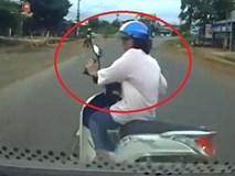 Clip: Thiếu nữ lái xe máy sang đường kiểu cảm tử, bị ô tô tông văng