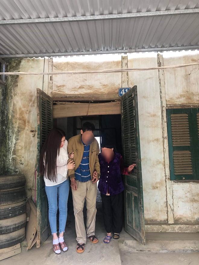 Xôn xao hình ảnh chụp Thư Dung dìu bố ở quê-1