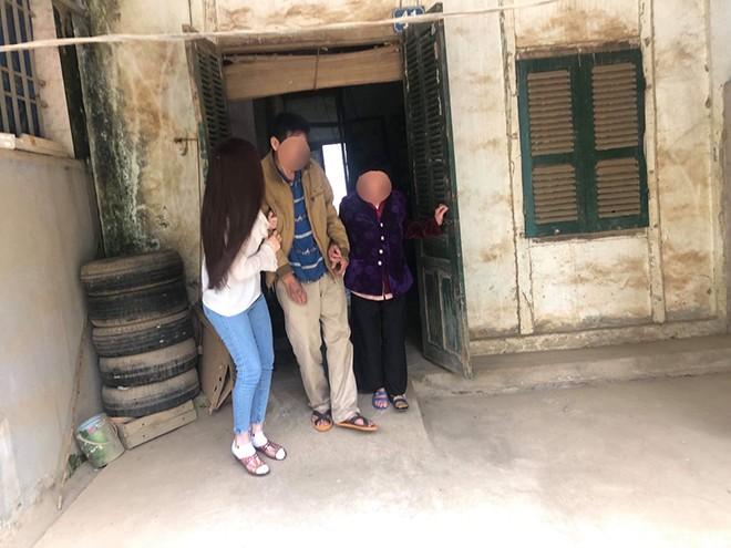 Xôn xao hình ảnh chụp Thư Dung dìu bố ở quê-4