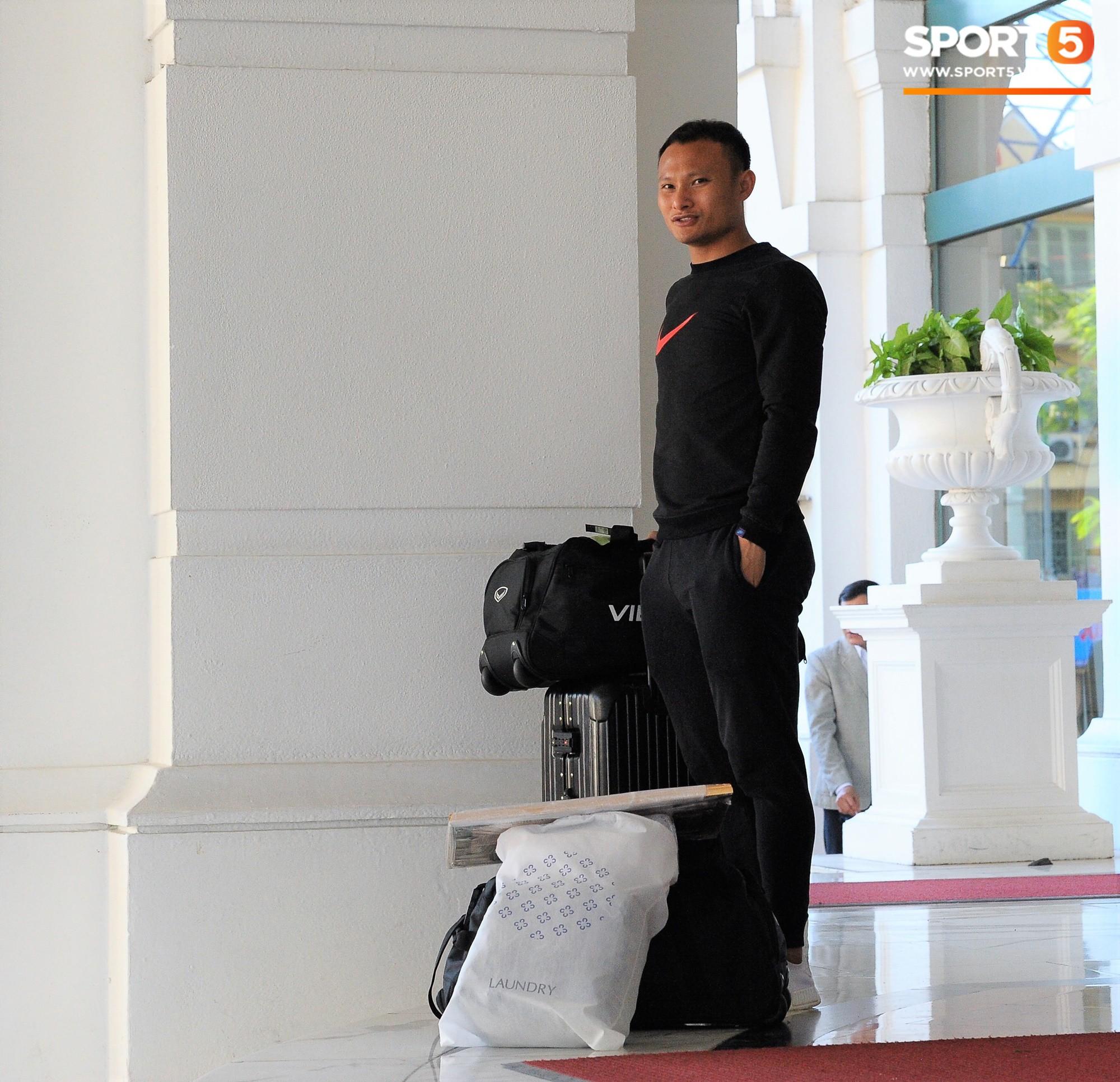 Các tuyển thủ chuẩn bị sang Qatar: Duy Mạnh hớt hải xách đồ vẫn không quên chào fan, Trọng Hoàng gửi bớt đồ về nhà cho đỡ vướng-4