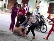 Xôn xao hình ảnh 2 mẹ con cùng đi đánh ghen, lột đồ cô nhân tình bất chấp can ngăn:
