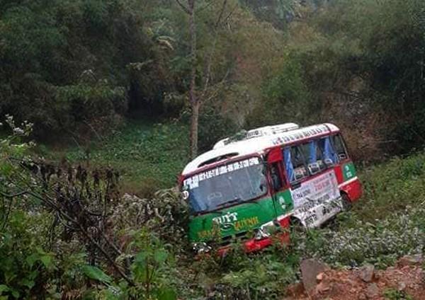 Xe buýt chở hàng chục khách lao xuống vực bên đường sau va chạm với xe đầu kéo-1