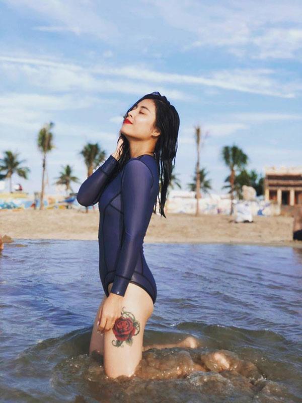 Được khuyên xóa hình xăm ở ngực đi sẽ đẹp hơn, MC Hoàng Linh đã phản pháo nhẹ nhàng mà cực gắt-16