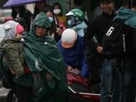 Người Hà Nội vật vã đội mưa và giá rét về quê nghỉ Tết dương lịch