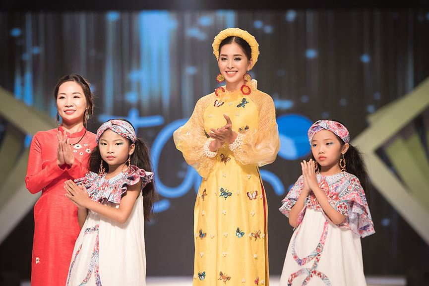 Hoa hậu Tiểu Vy đẹp mơ màng với áo dài, làm vedette sàn catwalk-9
