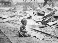 Bức ảnh đứa bé ngồi khóc trên đống đổ nát và câu chuyện đau lòng phía sau khiến cả thế giới phải ám ảnh