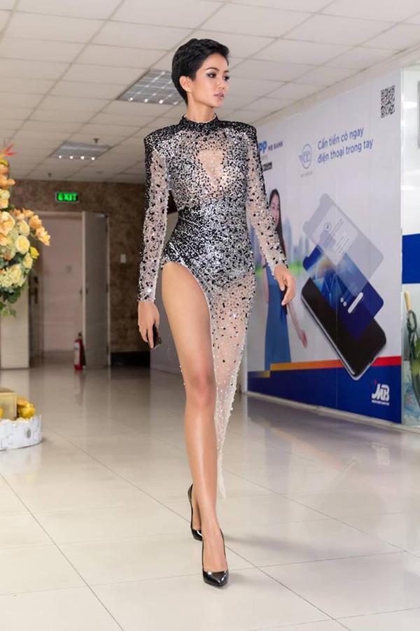Cuộc chiến váy áo showbiz thêm căng thẳng khi HHen Niê liên tục đụng độ với loạt mỹ nhân-2