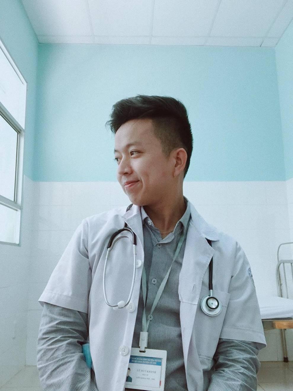 Clip: Đi khám bệnh, bà ngoại ủ mưu mai mối cháu gái 27 chưa chịu lấy chồng cho chàng bác sĩ dễ thương-1