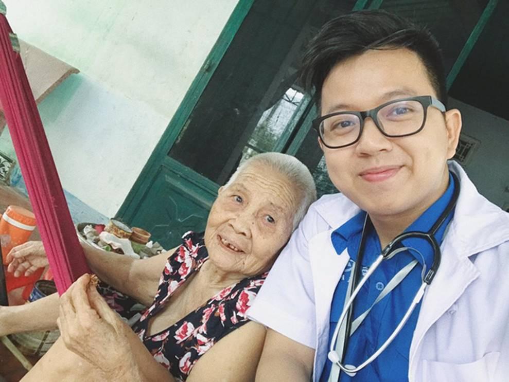 Clip: Đi khám bệnh, bà ngoại ủ mưu mai mối cháu gái 27 chưa chịu lấy chồng cho chàng bác sĩ dễ thương-2
