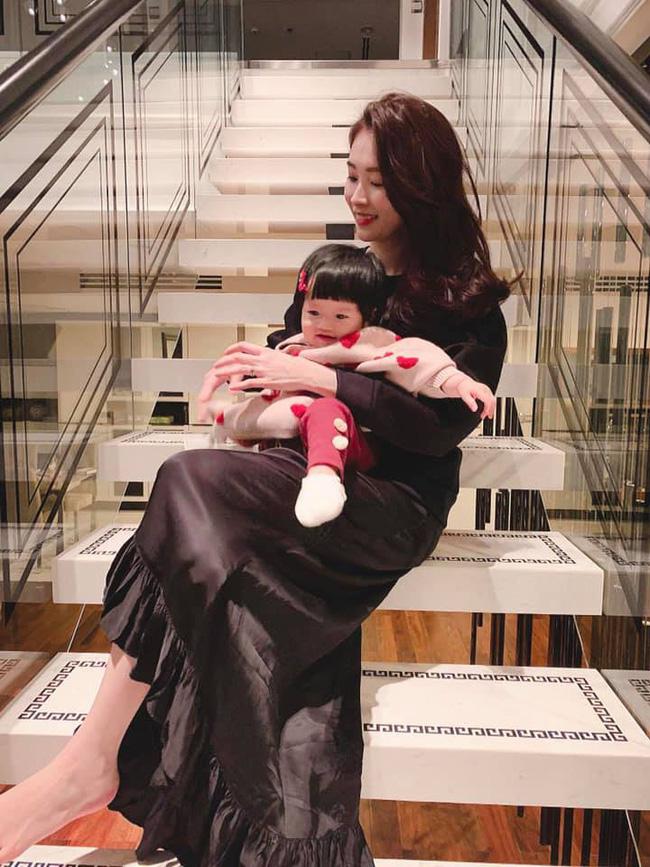 Đặng Thu Thảo khoe ảnh hạnh phúc cùng chồng và con gái cưng để chào đón năm mới-2